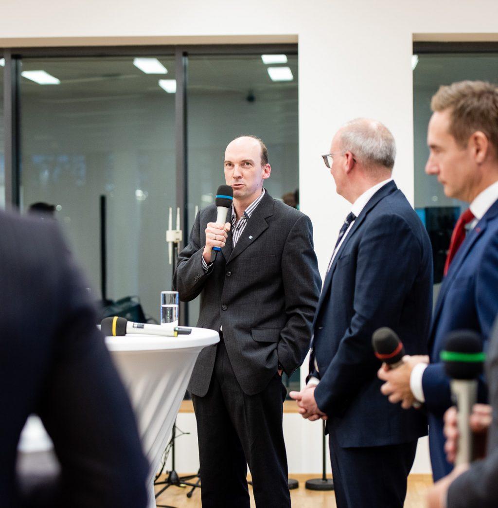 v.l.n.r.: Peter Glaser (Entwicklungschef FACC), Mag. Julian Jäger (Vorstand Flughafen Wien), Jens Ritter (COO AUA) und Staatssekretär Dr. Magnus Brunner © Zsolt Marton
