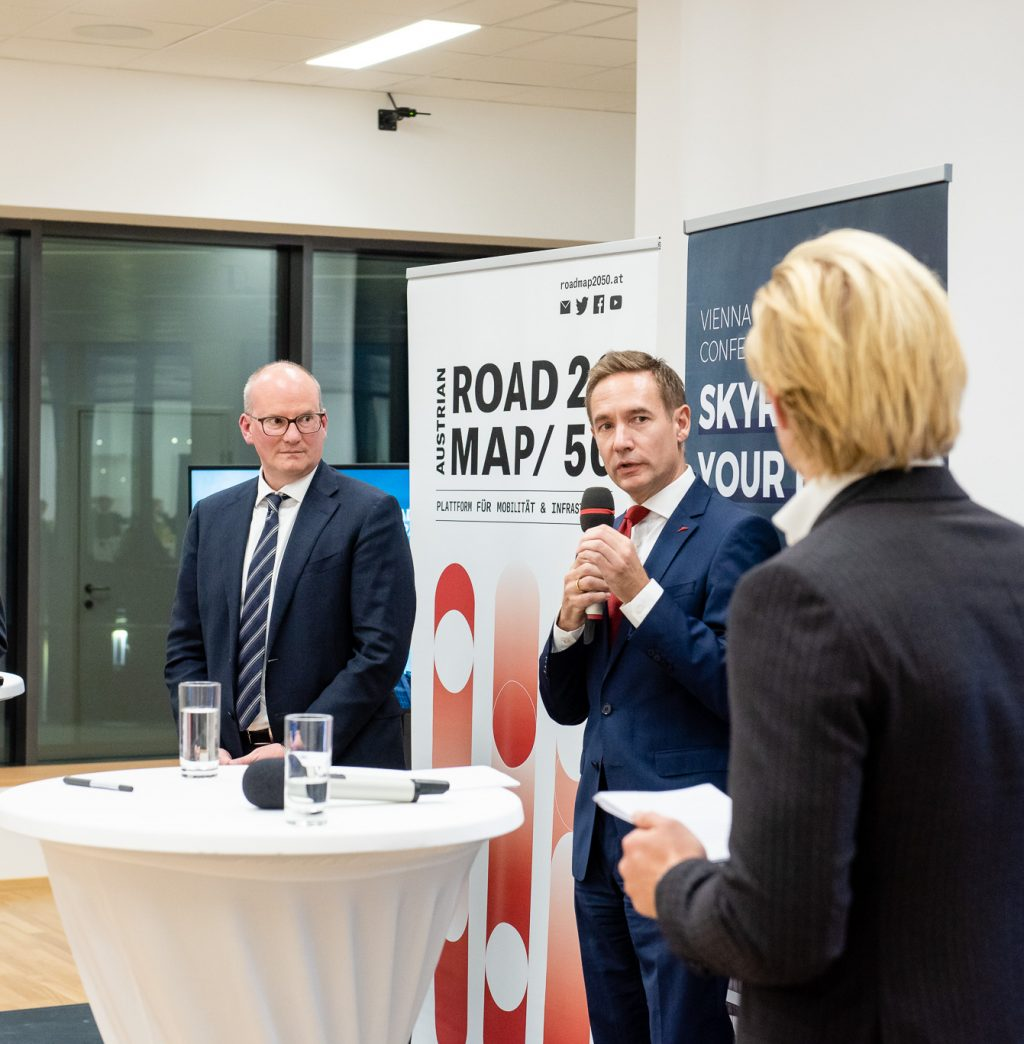 v.l.n.r.:  Mag. Julian Jäger (Vorstand Flughafen Wien), Jens Ritter (COO AUA), Staatssekretär Dr. Magnus Brunner beim ExpertInnen-Panel © Zsolt Marton