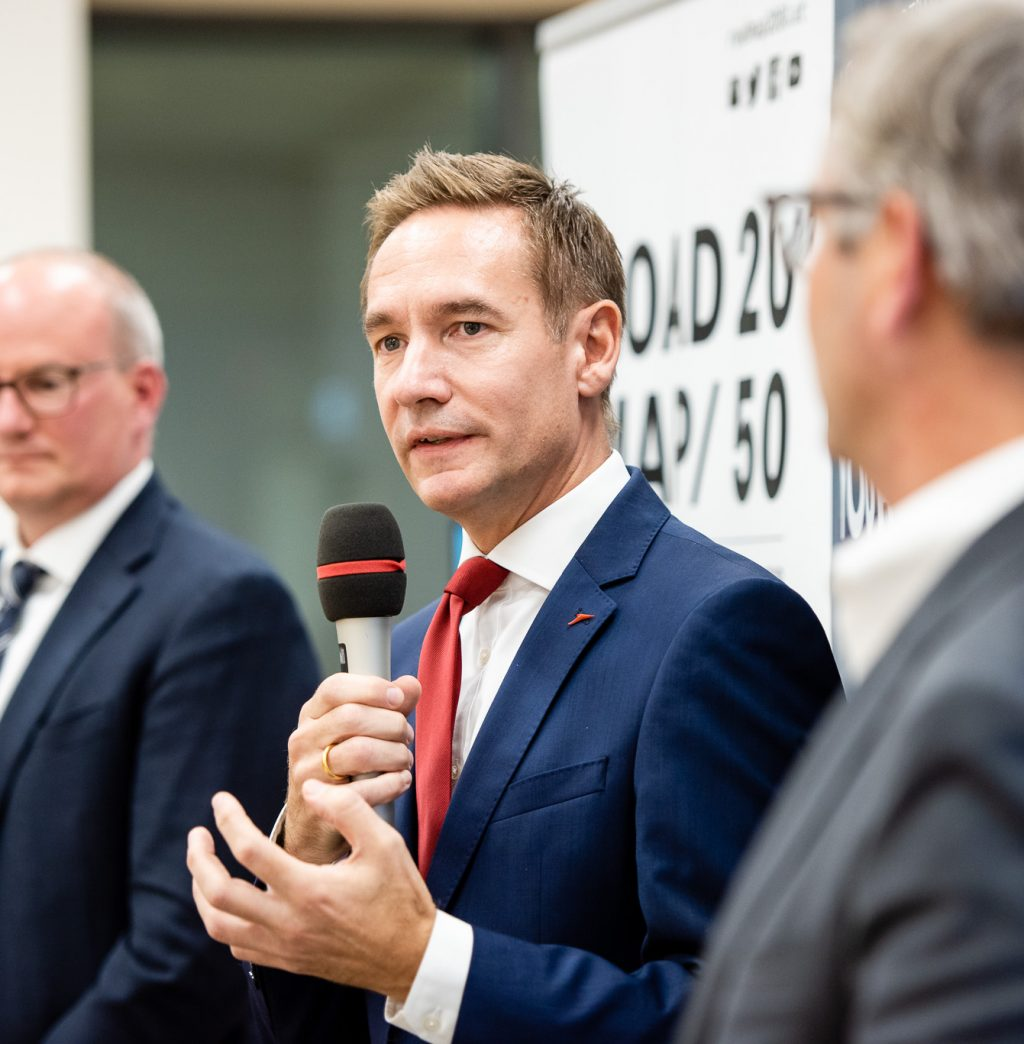 v.l.n.r.:  Mag. Julian Jäger (Vorstand Flughafen Wien), Jens Ritter (COO AUA) und Staatssekretär Dr. Magnus Brunner beim ExpertInnen-Panel © Zsolt Marton