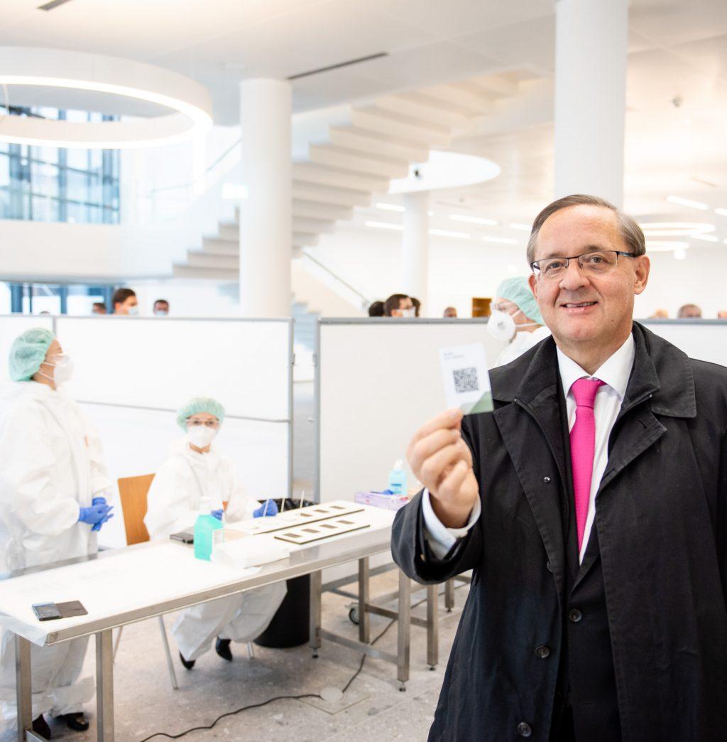Vorstand Dr. Günther Ofner vom Flughafen Wien beim Covid19 - Schnelltest © Zsolt Marton